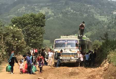Bus en panne sur la piste d'Arughat