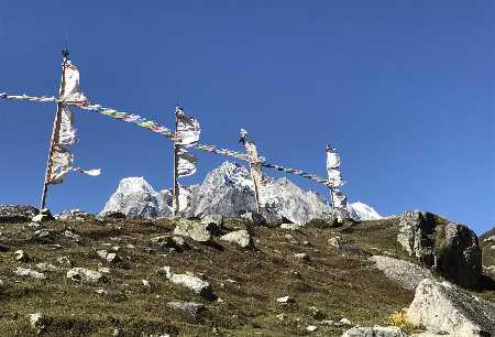 Drapeaux Népalais aux alentours de Samado