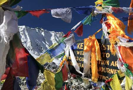Drapeaux Népalais au sommet de Larke Pass