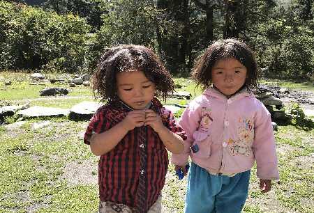 Petites filles sur le chemin de Bhulbhule