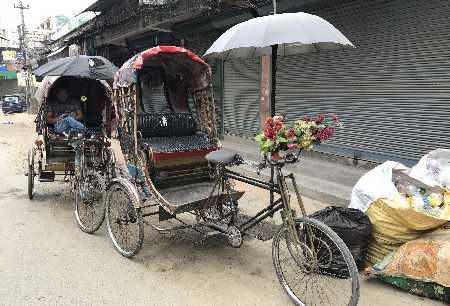 Pousse-pousse dans un quartier de Katmandu