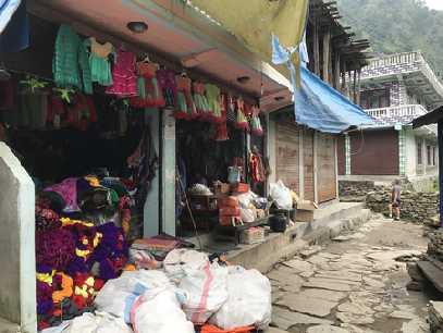 Une rue d'un petit village sur la route de Koladesi
