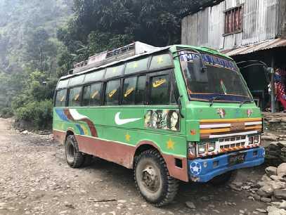 bus sur la route de koladesi