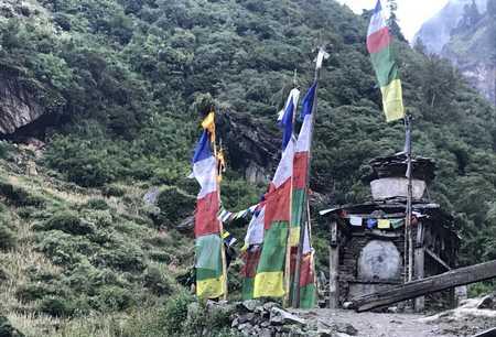 Drapeaux à l'entrée de Deng