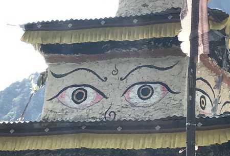 Les yeux de boudha sur un stupa de Samagon