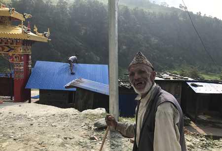 Paysan Népalais sur la route de Sodi